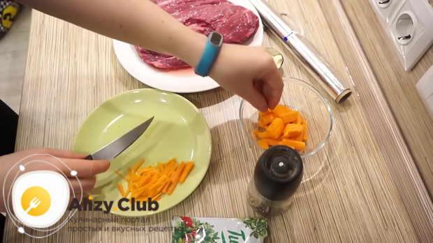 Режем одну или две моркови соломкой