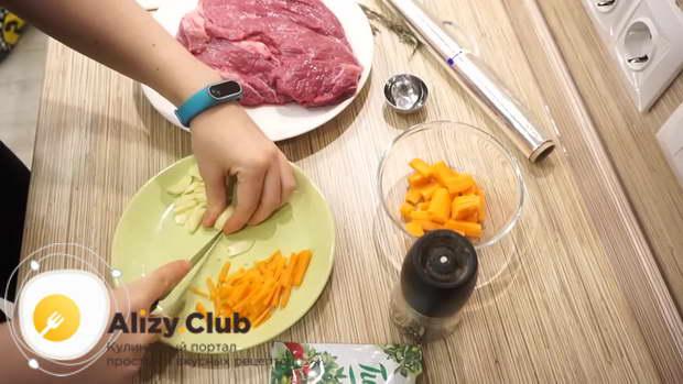 Нарезаем 1-3 зубка чеснока тонкими пластинками