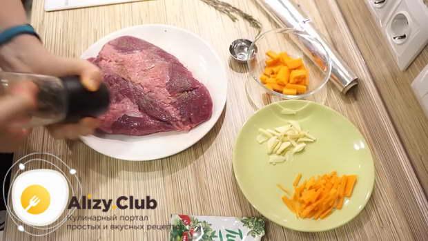 Говядину с двух сторон натираем 3-4 граммами молотого перца
