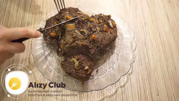 Готовому мясу даём слегка остыть в фольге