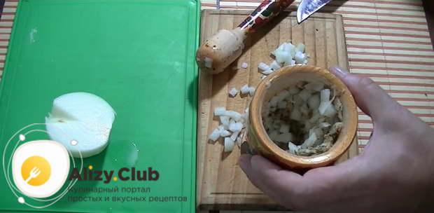 Одну большую или две средние луковицы режем мелко