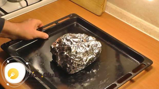Перекладываем мясо в фольге на противень