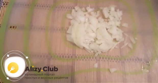 Нарезаем очень мелко 90 грамм лука и добавляем его в фарш