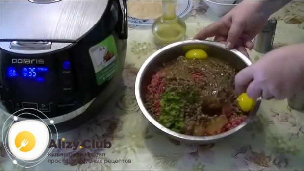 Соединяем мясной фарш, вареную гречку (345 г), лук, сладкий перец, зелень, два яйца и 4 грамма соли