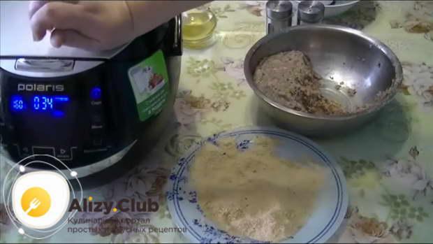 В мультиварку вливаем 100-105 миллилитров подсолнечного масла