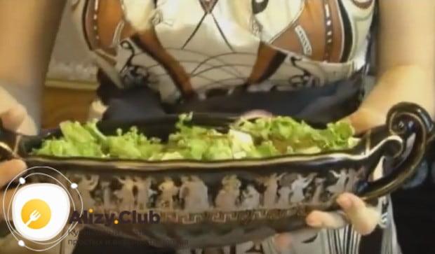 Не перемешивая, подаем салат на стол!