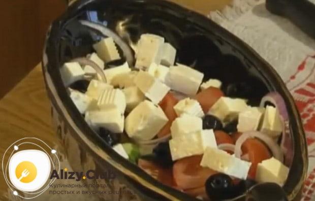 Режем кубиком фету и добавляем к овощам.