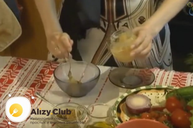 Заправку для салата готовим на основе горчицы и меда.