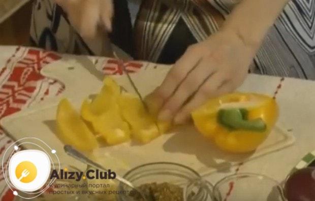 Нарезаем толстой соломкой болгарский перец.
