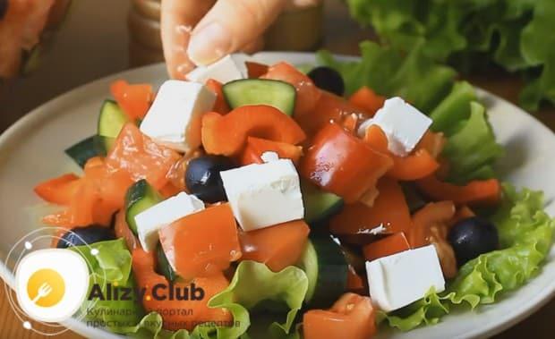 не перемешивая его с овощами, раскладываем сыр сверху на салате.