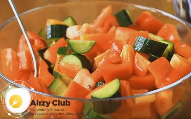 Складываем нарезанные овощи в салатницу.