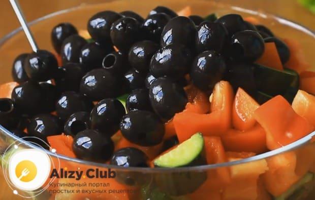 Добавляем в салат маслины без косточек.