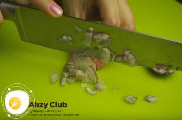 Лук и грибы нарезаем как можно мельче.