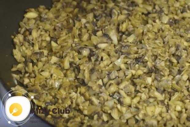 Добавляем к луку грибы и выпариваем всю жидкость.
