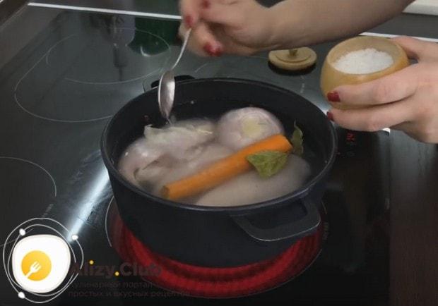 Куриное филе отвариваем с добавлением лука, моркови, перца и соли.