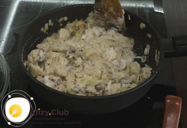 Перемешиваем массу, регулируя густоту соуса бульоном.