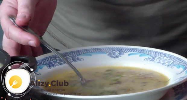 Готовый суп дополните нарезанным укропом в порционных тарелках