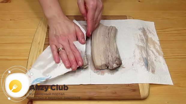 Обсушите горячую грудинку бумажными полотенцами