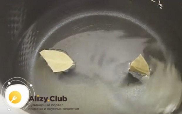 В чашу наливаем воду и кладем лавровый лист.
