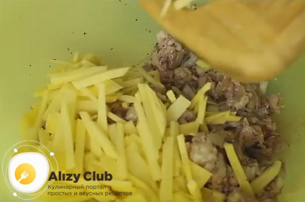 Перемешиваем лук с фаршем и картофелем.