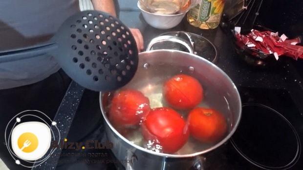 По рецепту для приготовления хашлама из баранины, бланшируйте помидоры