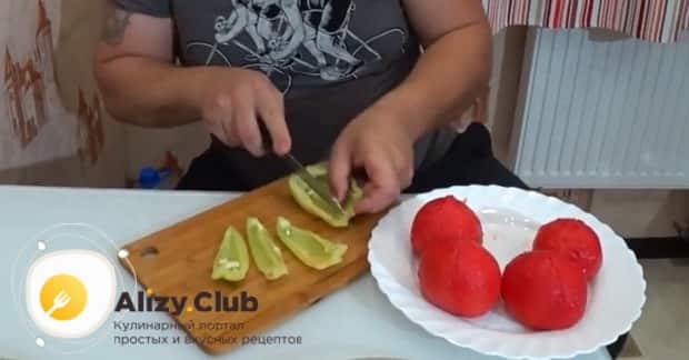 По рецепту для приготовления хашлама из баранины, нарежьте перец