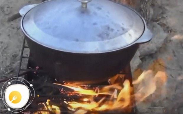 Готовить блюдо в таком казане можно и на плите, и на костре.