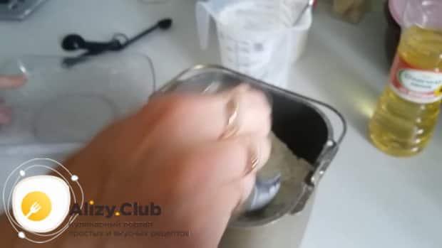 Для приготовления хлеба на кефире добавьте муку
