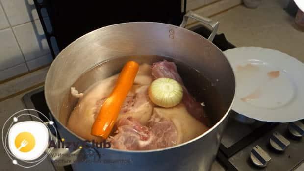 Для приготовления холодца из рульки свиной, отварите бульон