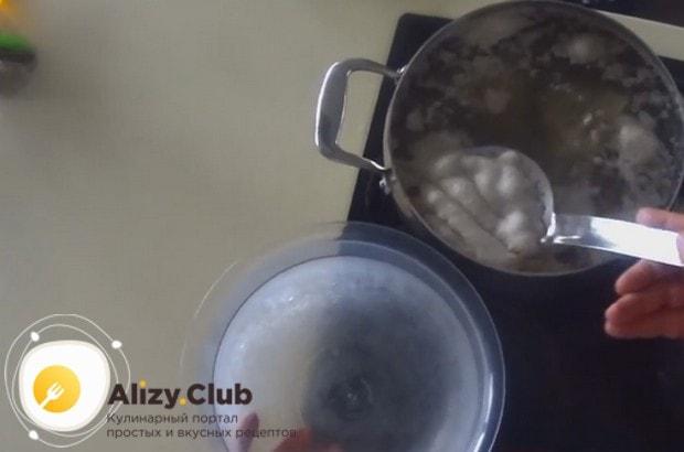 Один из важных нюансов в рецепте приготовления говяжьего холодца, это то, что обязательно надо снимать с бульона всю пену.