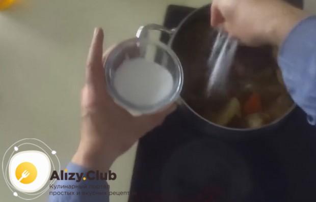 Под конец готовки, как показано в нашем рецепте с фото пошагово, солим говяжий холодец.