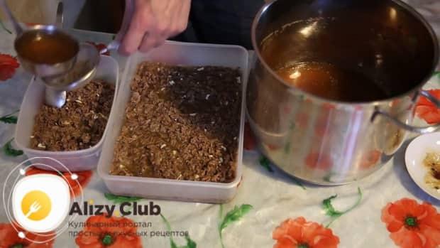 Для приготовления холодца из говяжьих ног, смешиваем чеснок с мясом