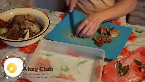 Для приготовления холодца из говяжьих ног, нарезаем мясо