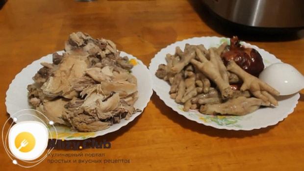 Для приготовления холодца из курицы без желатина в мультиварке, выньте мясо