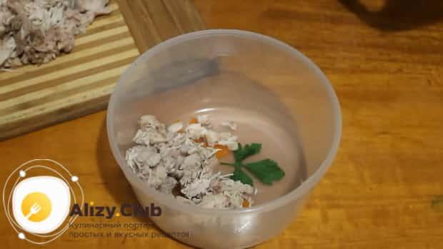Для приготовления холодца из курицы без желатина в мультиварке, выложите украшения