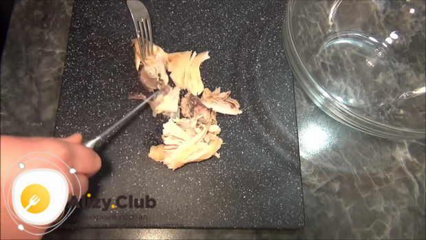 Отваренные куски мяса выкладываем на разделочную доску