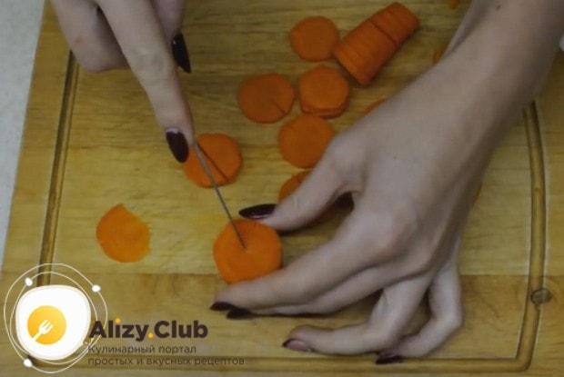 Морковку тоже режем красивыми кусочками.