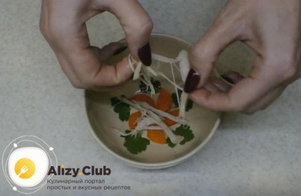 На дно тарелочки для блюда выкладываем листики петрушки и кружочки морковки, добавляем мясо.