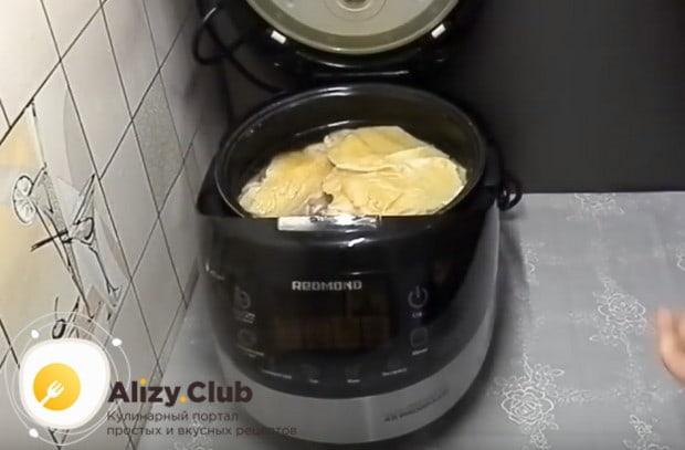 затем кладем курицу в мультиварку, заливаем водой и оставляем готовиться в режиме тушения.