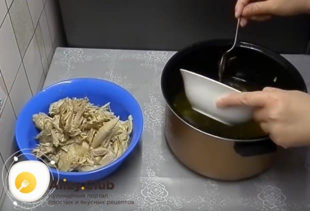 Разведенный в небольшом количестве бульона желатин выливаем в основной бульон, перемешиваем.