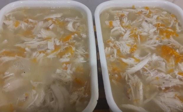 Как правильно добавить пищевой желатин в холодец, как развести его в бульоне и воде: пропорции. Когда нужно класть желатин в холодец: инструкция. Сколько времени должен застывать холодец с желатином?