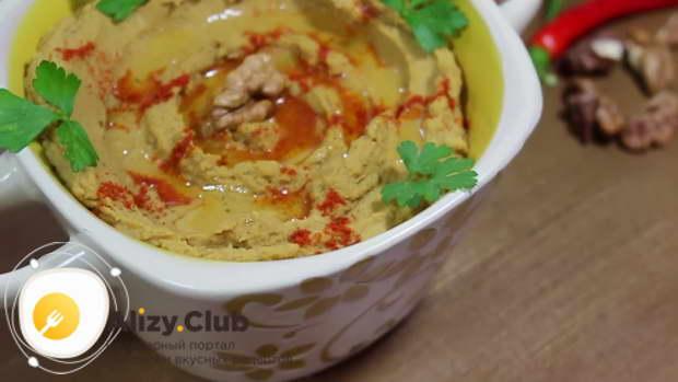 Готовый хумус из фасоли перекладываем в удобную посуду