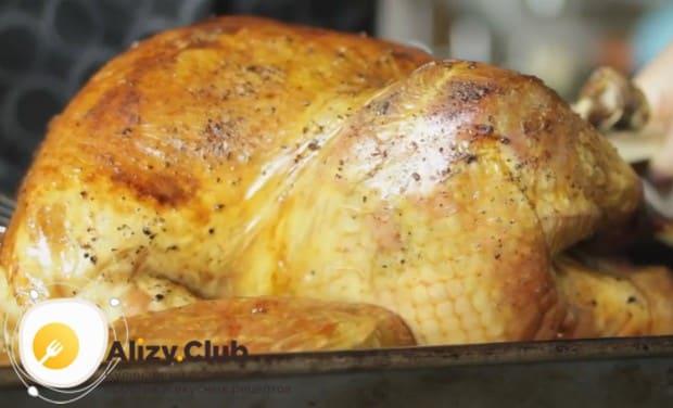 Достаем готовую индейку из духовки и перекладываем на блюдо.
