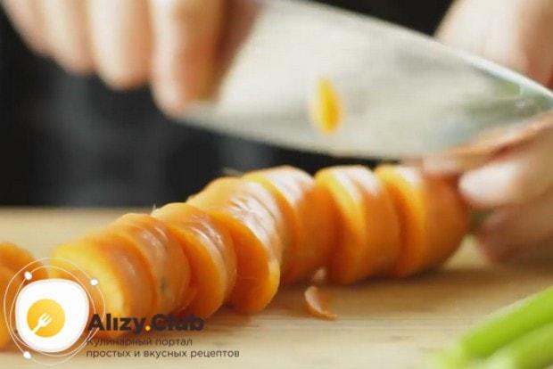 Для этого рецепта нам понадобится нарезанная кружочками морковь, а также сельдерей.