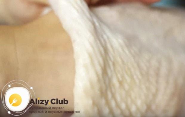Выкладываем индейку в глубокий противень и аккуратно отделяем кожу от мяса.