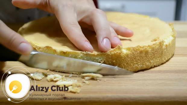 Слегка остывший бисквит вынимаем из формы