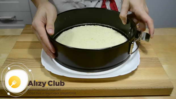 Бисквит кладем на плоскую тарелку