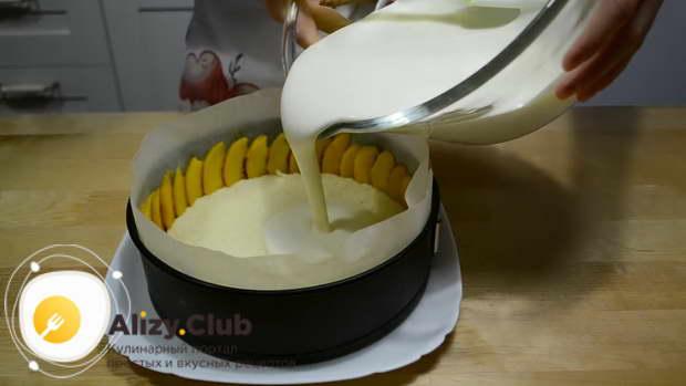 Выливаем суфле в форму с бисквитами и персиками