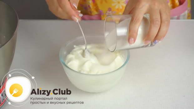 Йогурт без добавок (200 мл) смешиваем со 150 граммами сахара