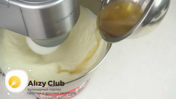 Добавляем в сливки йогурт с сахаром